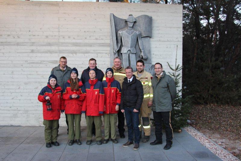 Die Feuerwehrjugend Wilten holt das Friedenslicht