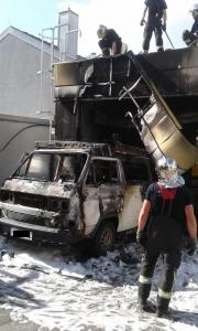 Fahrzeugbrand in der Leopoldstraße, löste auch einen Brand der Waschstraße aus.