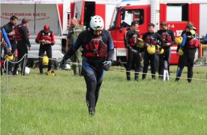 Rettungsschwimmer auf den Weg zum Helikopter