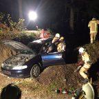 Fahrzeug droht abzustürzen und mehrere Personen im Fahrzeug
