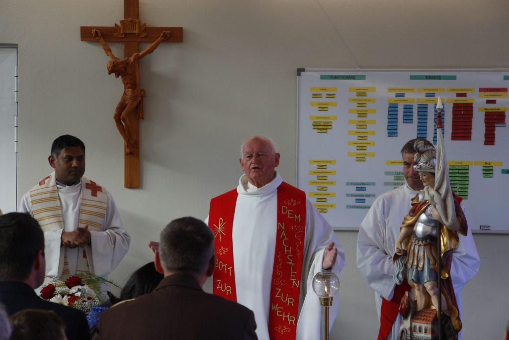 Fahrzeugsegnung mit Monsignore Helmut Gatterer in der Wache Wilten