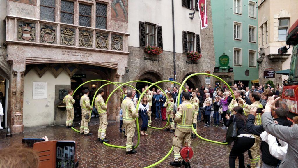 Hochzeit von Ines und Stefan in Innsbruck vor dem Goldenen Dachl. Bogen aus Schläuchen für das Brautpaar