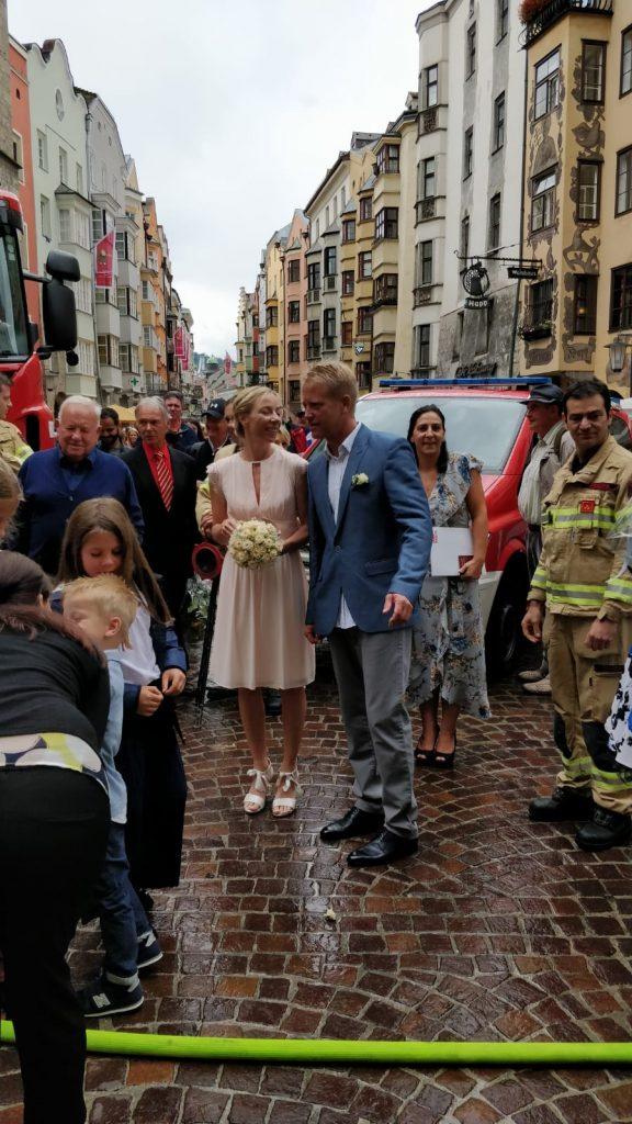 Hochzeit von Ines und Stefan in Innsbruck vor dem Goldenen Dachl mit weiteren Gästen.