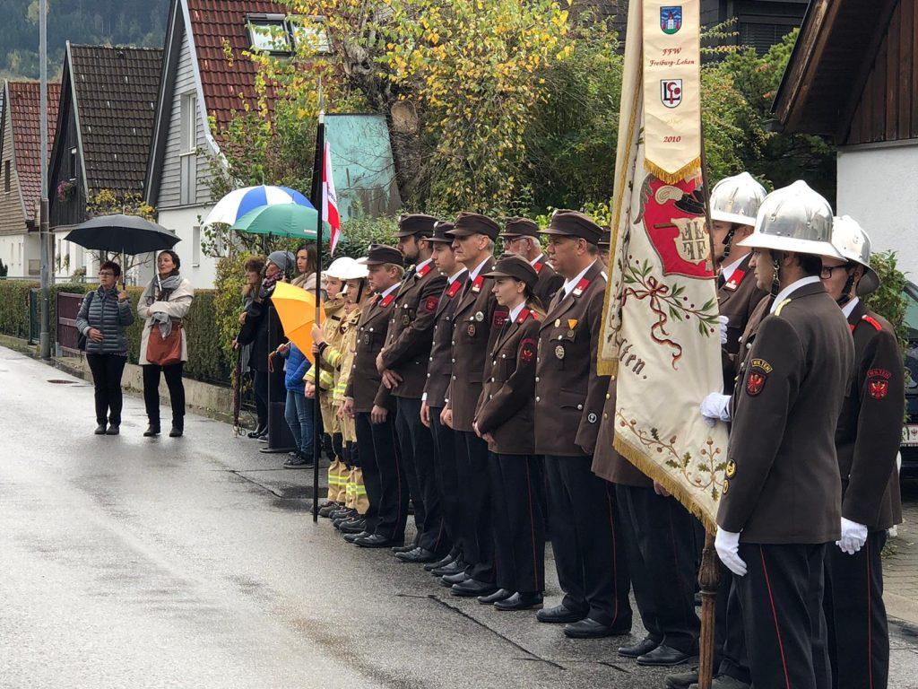 Einheit der FF Wilten vor Kriegerdenkmal in Sieglanger in Innsbruck
