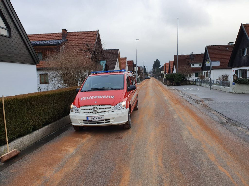 WAF in der Weingartnerstraße mit Ölbindemittel auf der gesamten Straße