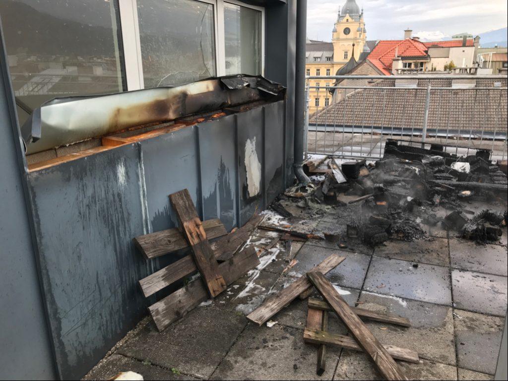 Dachstuhl in der Maximilenstraße stand in Brand. Gartenmöbel und Fassade