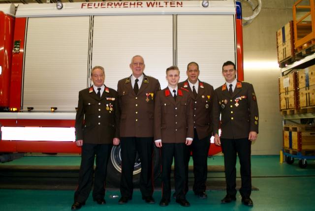 Harald Prader Sen., Gerhard Achhammer, Lucas Reichl, Markus Rohn und Harald Prader Jun. in der Feuerwehrhalle der Einheit Wilten nach der 84. Jahreshauptversammlung