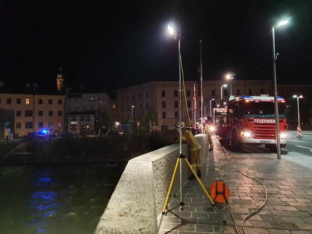 Feuerwehrsucheinsatz in Innsbruck auf Innbrücke mit Feuerwehr Wilten
