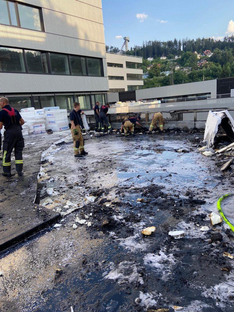 Aufräumarbeiten auf dem Dach der Baustelle der Pädagogischen Akademie in Innsbruck