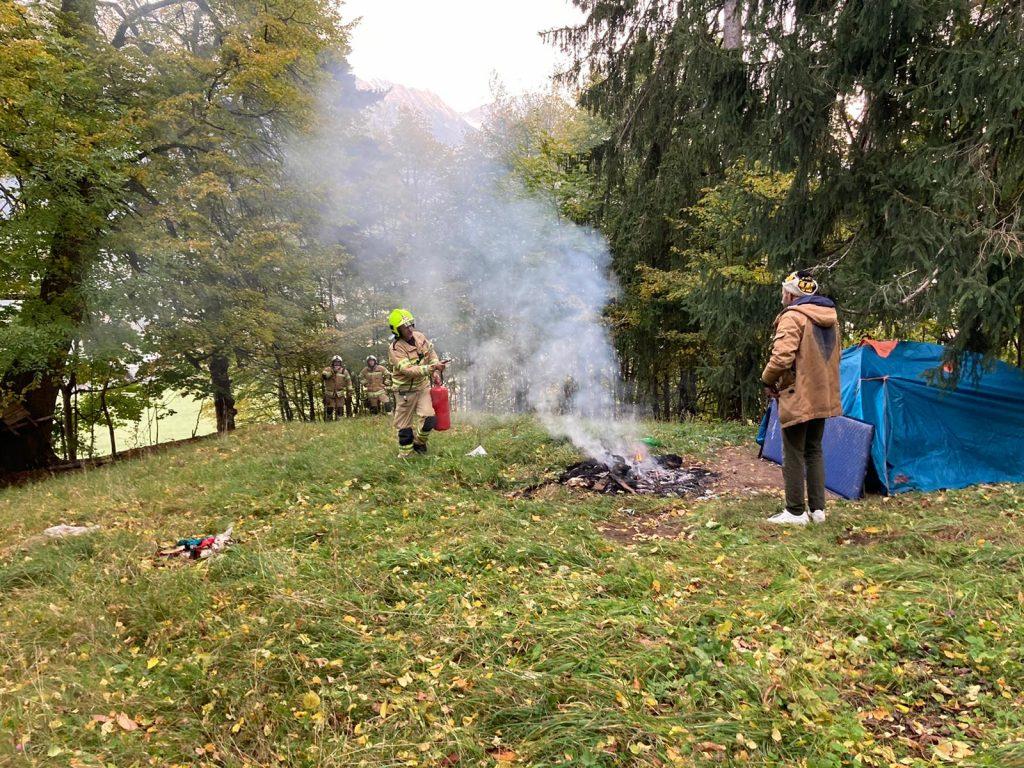 Löschen eines Lagerfeuers mit einem Feuerlöscher im Einsatz