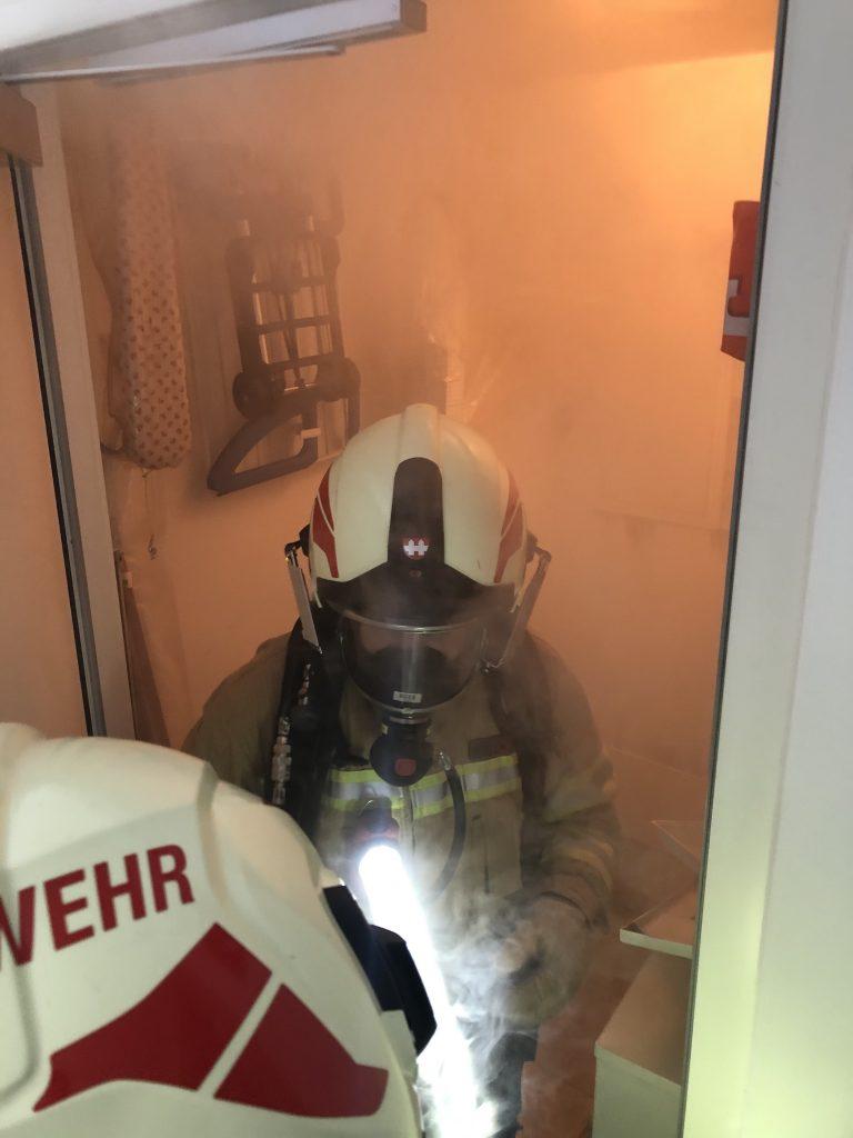 Feuerwehrmann im verrauchten Raum